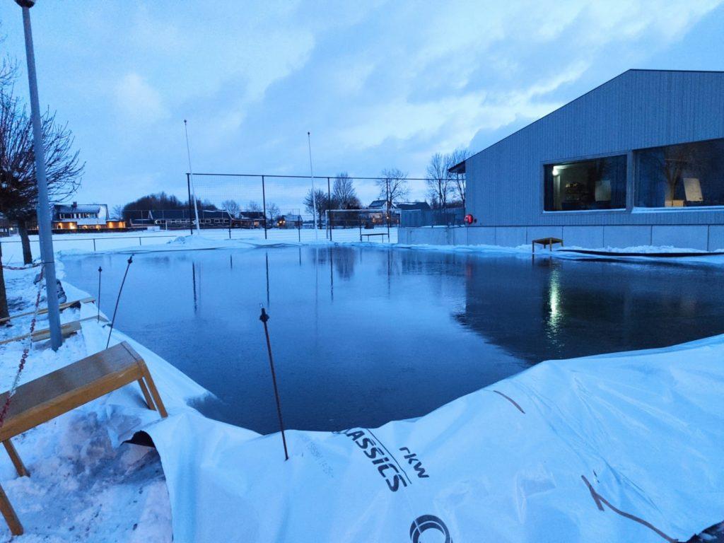 ijsbaan in de maak bij avondlicht
